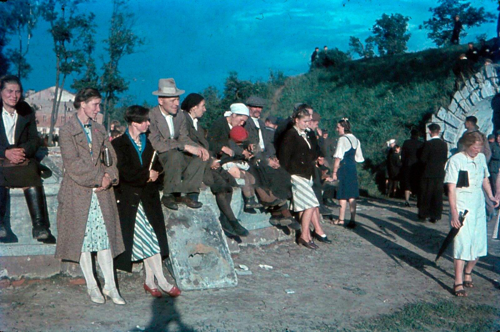 1943 Смоленск. Гуляния в Парке культуры и отдыха