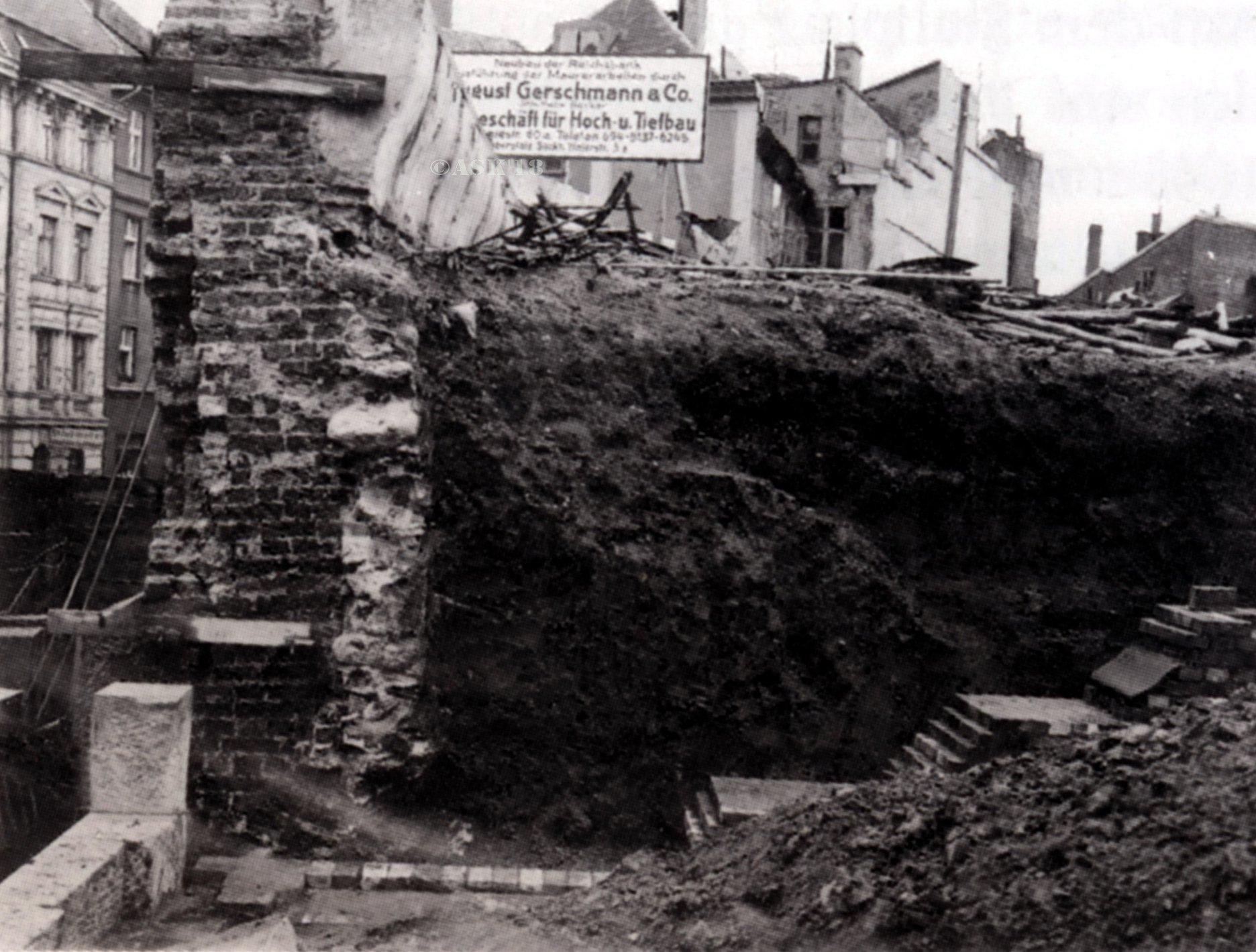 1926 – снесены конюшни и кавалерийские казармы, располагавшиеся на месте старого замка