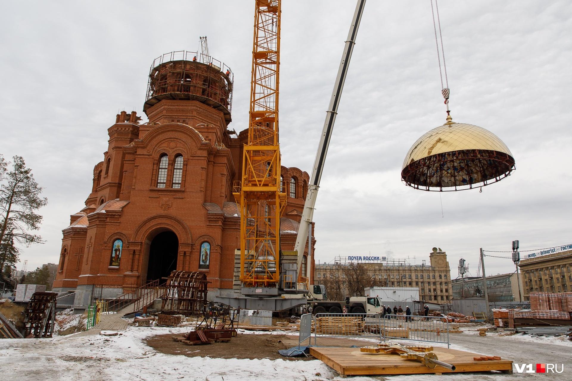 2018 Колокольня собора Александра Невского увенчана куполом с крестом (декабрь)