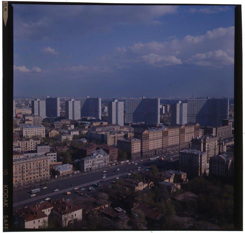 Вид на улицу Чайковского (с 1994г. Новинский бульвар) и проспект Калинина. Раскин Л.