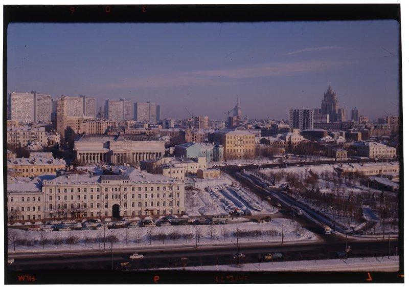 В центре здание Музея изобразительных искусств им.Пушкина. Раскин Л.