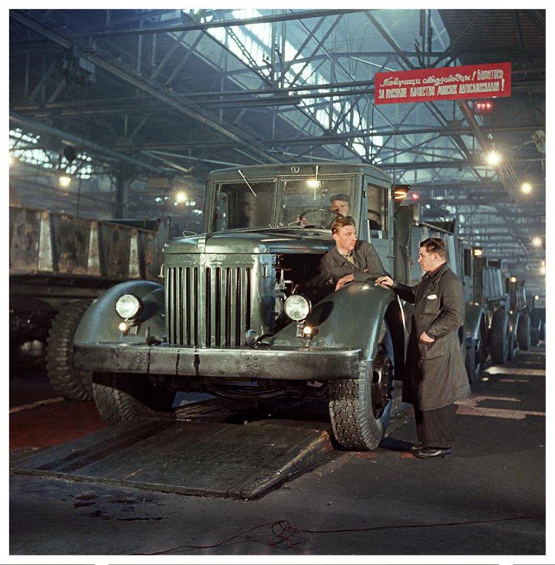 1953 Автозавод. Готовый мощный самосвал сходит с конвейера. Савин М.