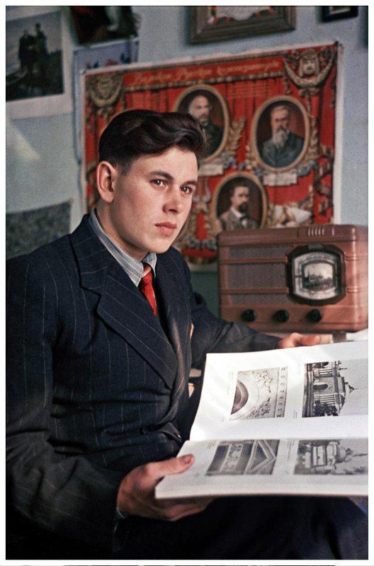 1952 Молодой строитель Волго-Дона. Комсомолец Виктор Лохов, ударник стройки. Гостев А.И.
