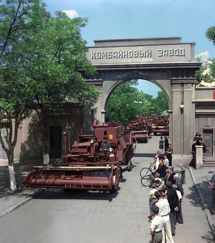 1954 Таганрогский комбайновый завод им. Сталина. Самоходные комбайны выходят из ворот завода. Борис Кузьмин