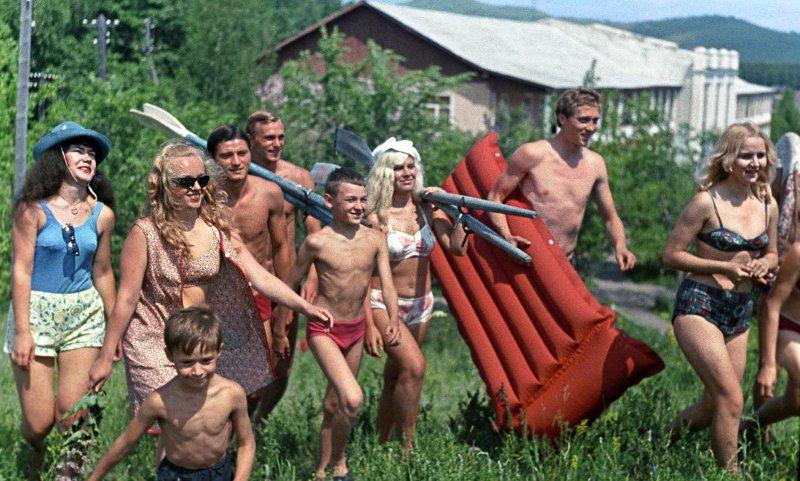 1971  Когда на Урале плюс 30 градусов, идем к воде. Эдуард Эттингер
