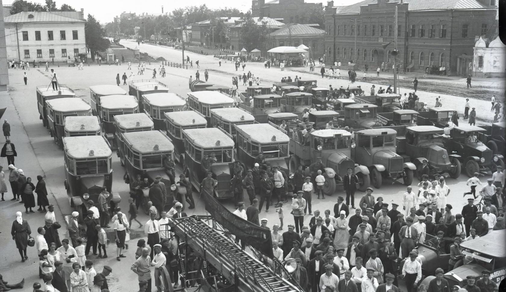 Весь автопарк города на одной площади