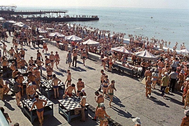1978 Отдых в г. Сочи на городском пляже. А.Бочинин