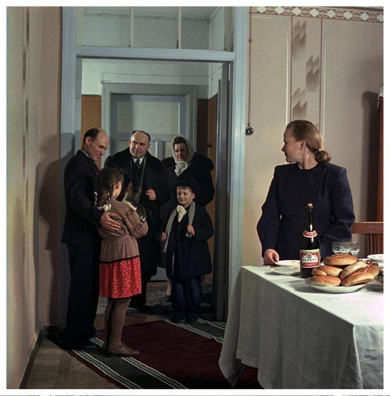 1953  Уралмаш. В.Т. Пономарев и П.А. Пономарева встречают гостей — инженера К.П. Малышкина с женой и сыном. Бальтерманц