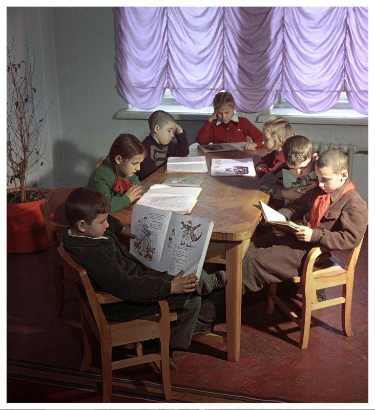 1955 В открывшейся недавно детской библиотеке им. Н.К. Крупской в городе Сталино, Донецкая область. Рюмкин