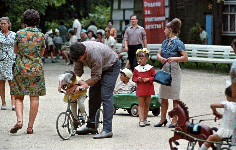 Детская площадка в городском парке. Исаак Тункель, 1970 год