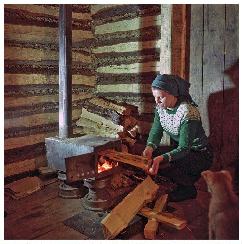 1963 Первая забота работницы сейсмостанции Татьяны Савченковой — натопить хижину. Рюмкин