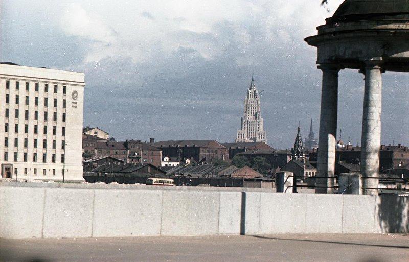Вид из ЦПКиО им. Горького в сторону высотки МИД, 1952 (?) год