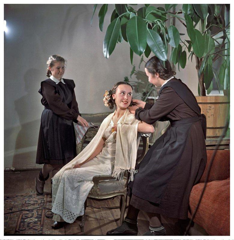 Девятиклассница готовит роль Ларисы в пьесе Островского «Бесприданница». 1953