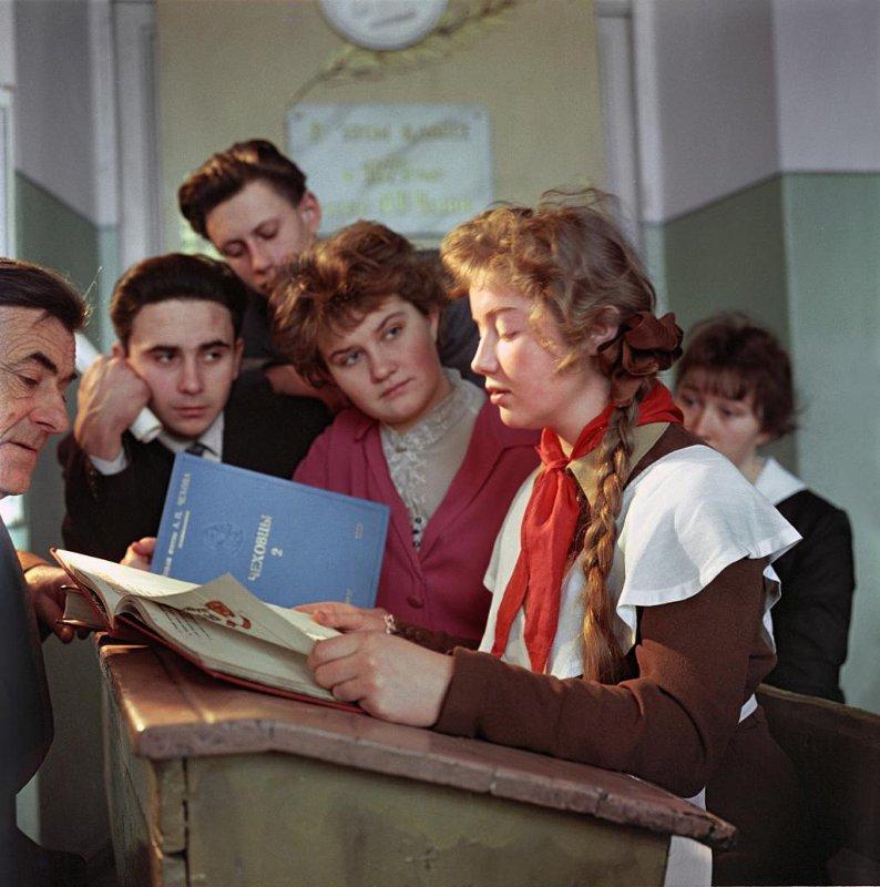 1960 На занятиях чеховского литературно-творческого кружка. Школа №2 имени А.П. Чехова. Тункель