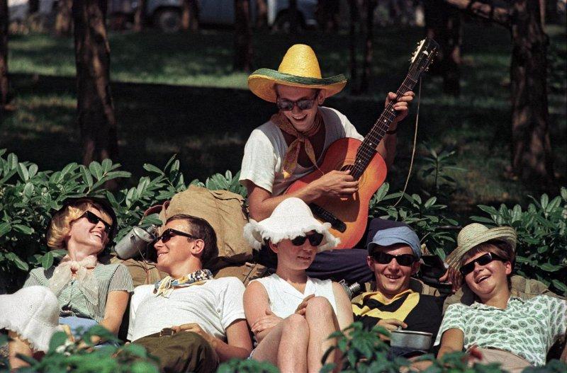 1967 Туристы на привале. Лев Бородулин