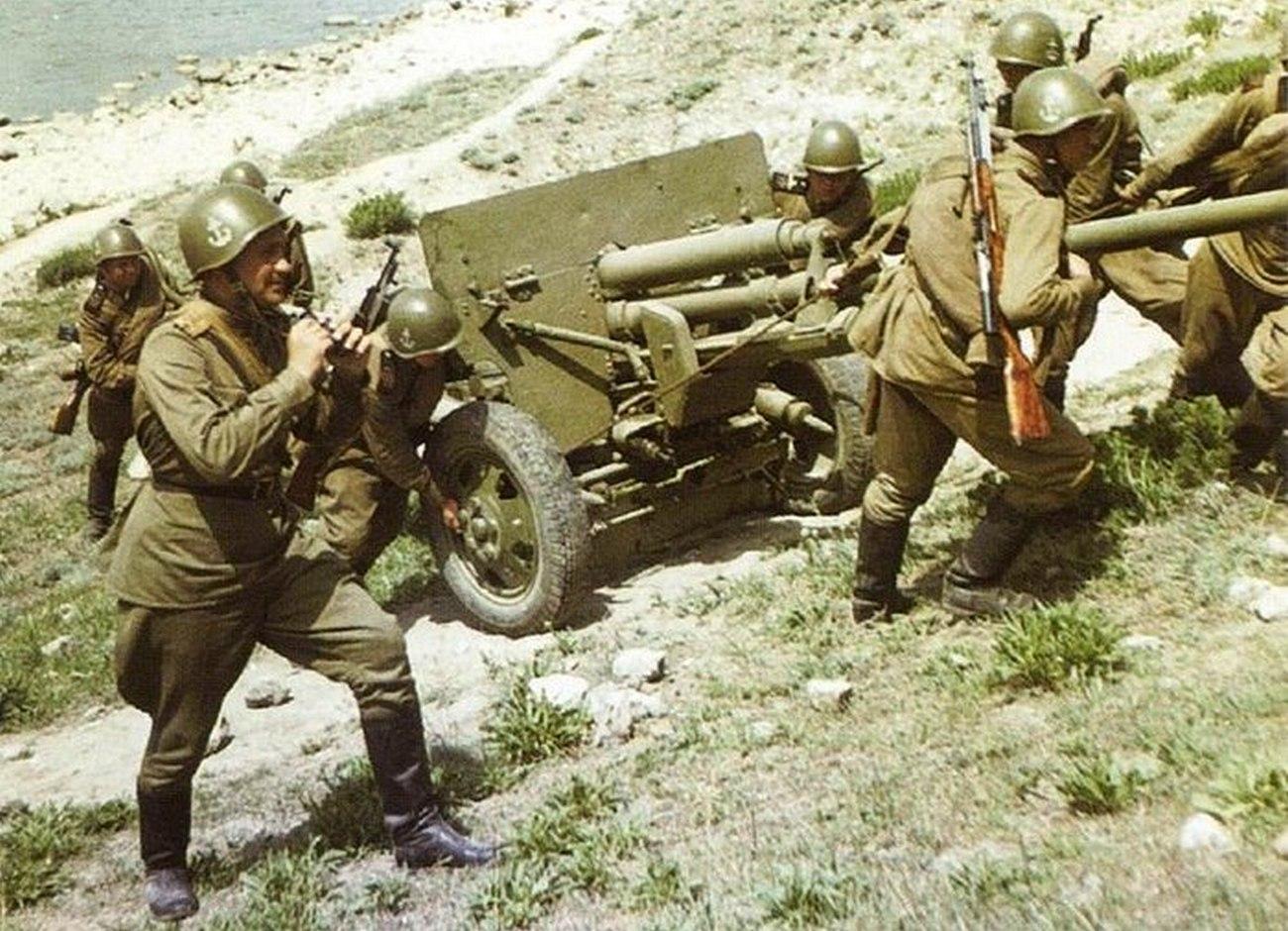 Цветной снимок морской пехоты Черноморского флота на учениях в Крыму в первые послевоенные годы. 1949 год