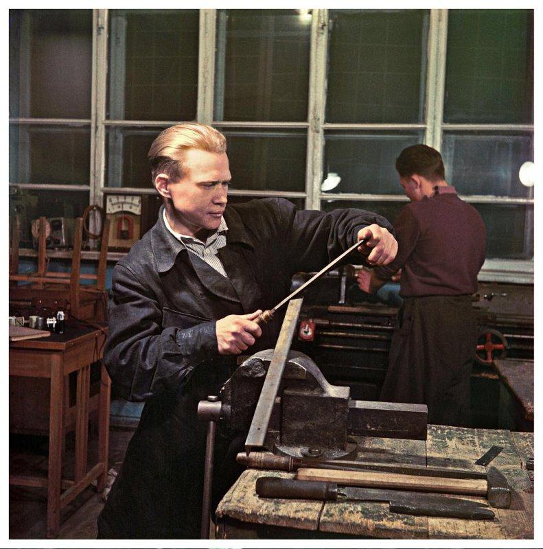 1953 Слесарь машиностроительного завода Юрий Салмов в цехе завода. Фридлянд