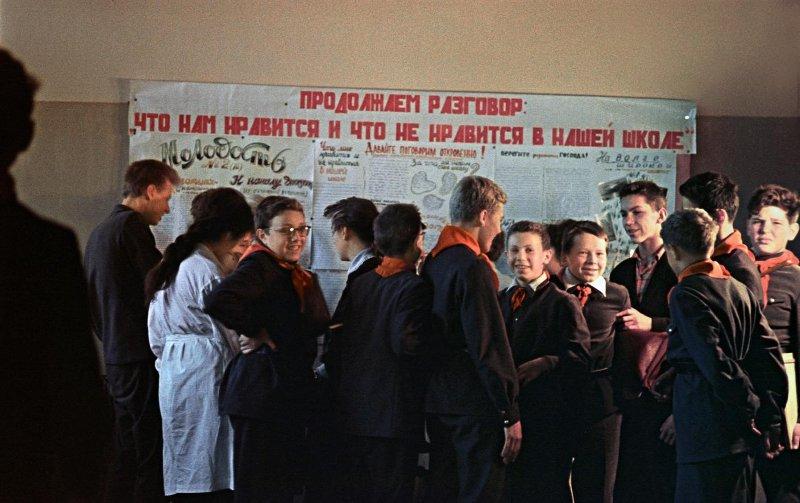 1961 Истина рождается в спорах. У стенгазеты «Что нам нравится и что не нравится в нашей школе». Математическая школа №2. Тункель