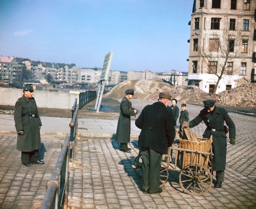 1949 Berlin Полиция досматривает горожан, входящих в американский сектор Берлина, 1949 год
