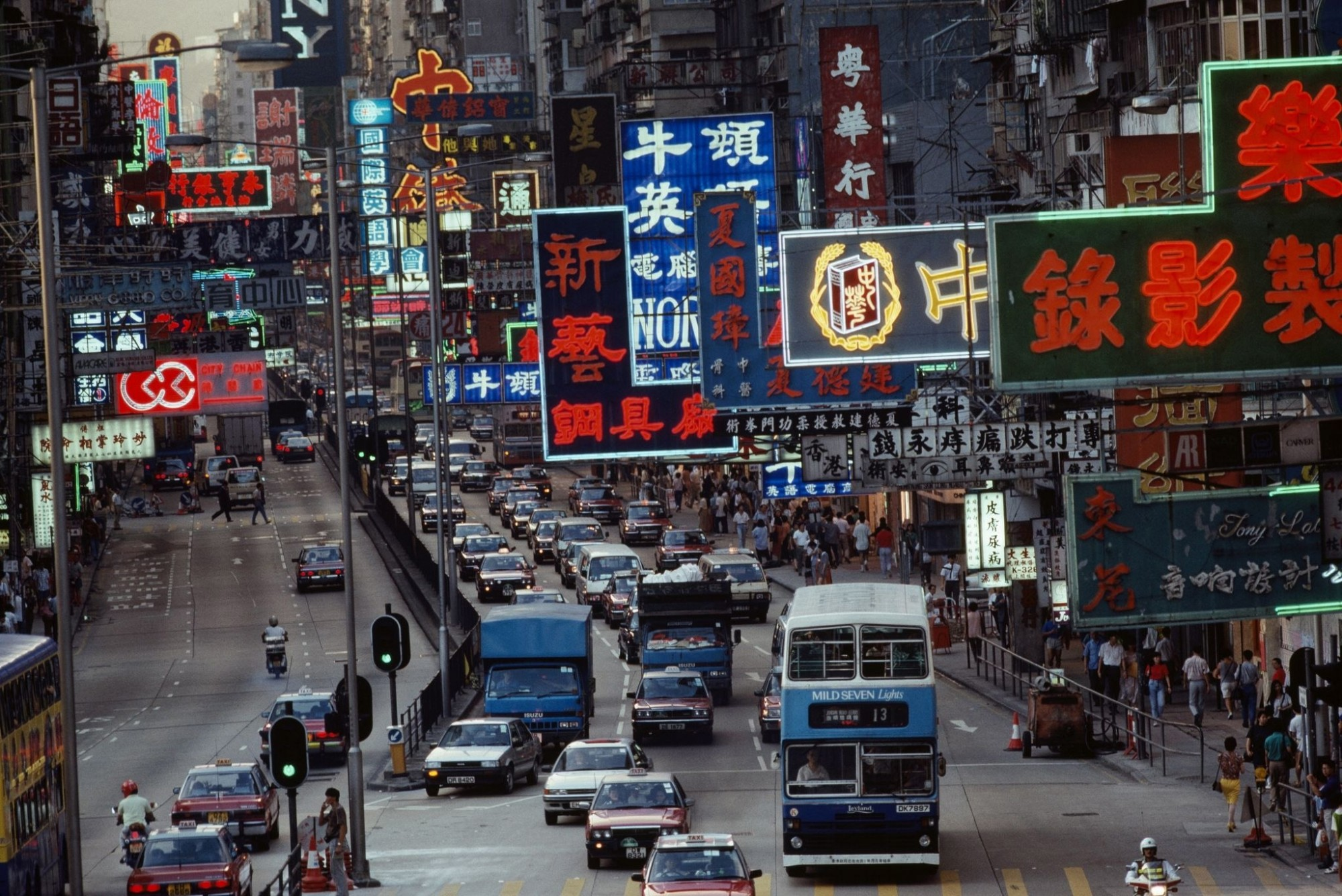 1989 Honkong Nathan Road, Kowloon, Hong Kong (Photo by Jodi Cobb