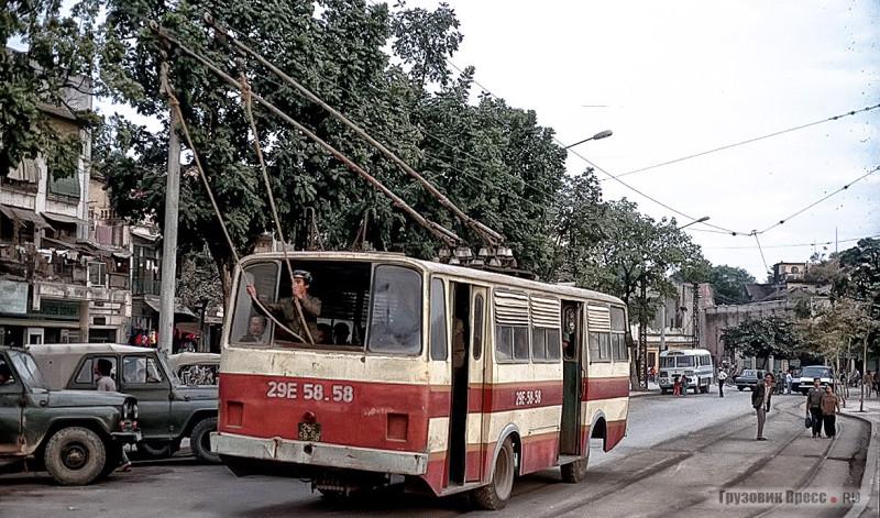 1989 Hanoi Типичная картина для Ханоя. «Троллейбой» держит верёвки, контролируя ход движения контактных штанг троллейбуса Thang Long-VEM по проводу