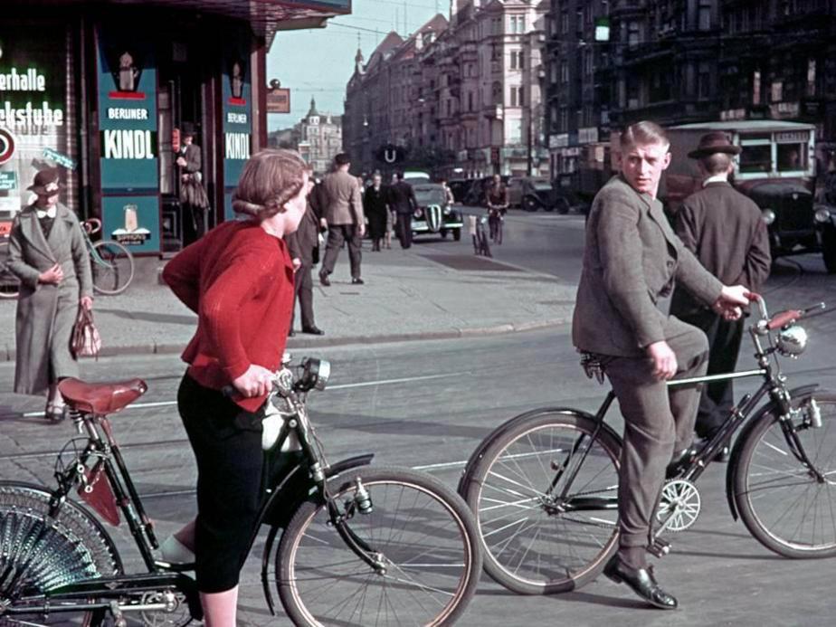 1939 Berlin Radfahrer in der Karlstrasse heute Reinhardtstrasse2