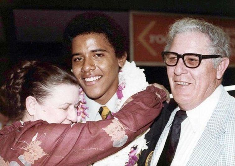 Барак Обама на выпускном с дедушкой и бабушкой, 1979 год
