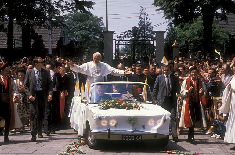 Иоанн Павел II на автомобиле Fiat 125p в Ченстохове во время своего первого паломничества в Польшу в 1979 году фото Кшиштоф Павела