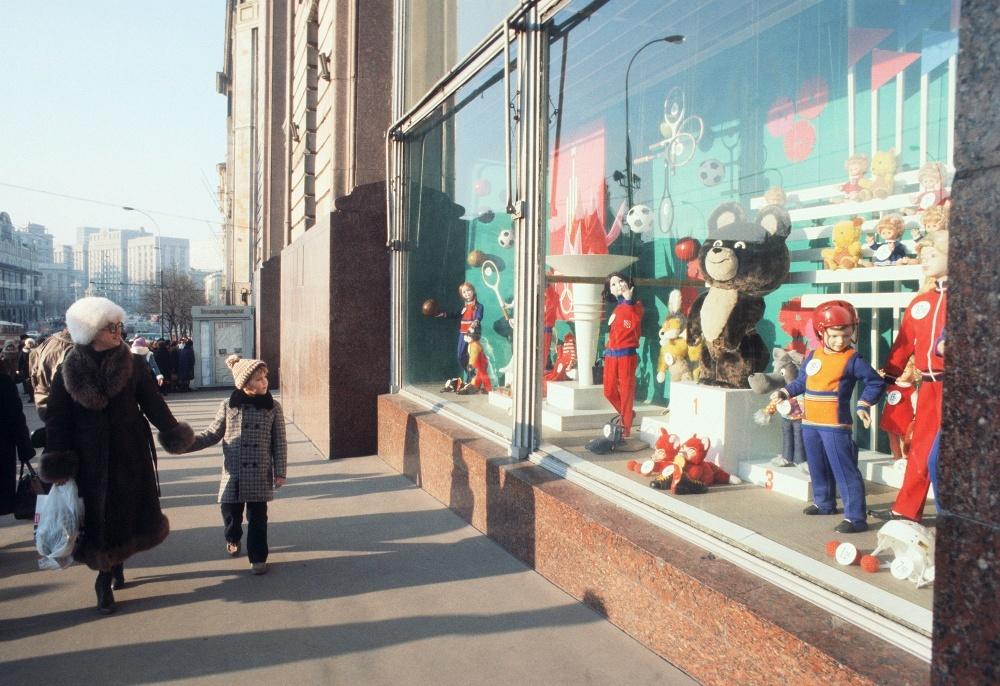 1979 У магазина Детский мир. Борис Кавашкин. ТАСС