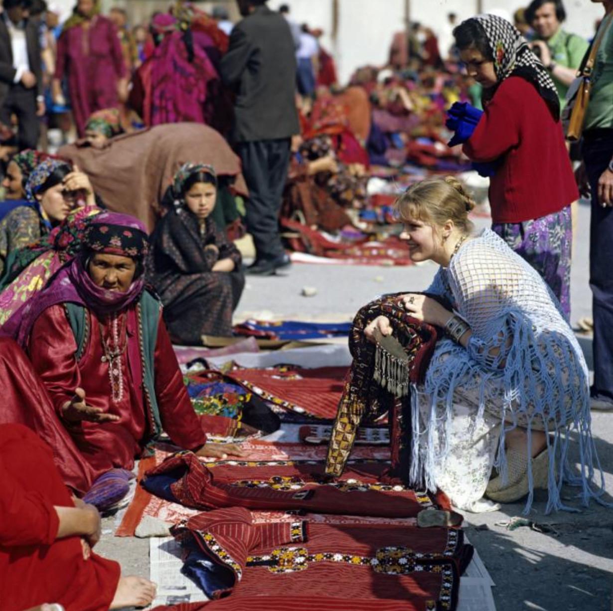 Елена Проклова участница XII Всесоюзного кинофестиваля на туркменском рынке 1979 Виктор Чернов