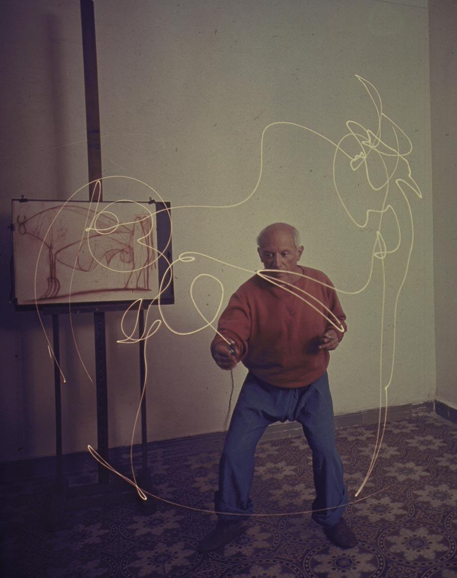 1949 Пабло Пикассо рисует светом в своей студии в Vallauris Франция