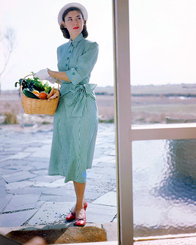Платье от Джозет Уокер и шляпка от Сэлли Виктор. Фото Женевьев Нейлор, 1949 год