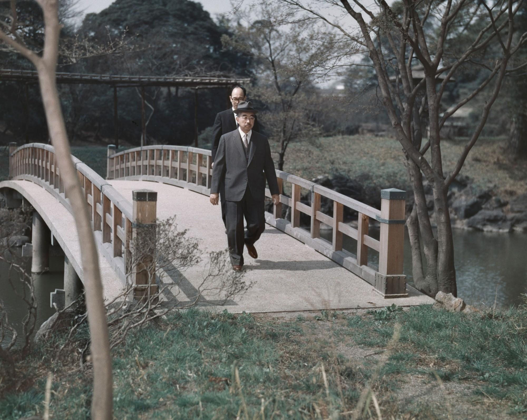 Император на прогулке, 1965 год