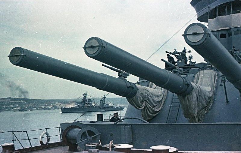 1949 Иван Шагин. Линкор типа Севастополь. Вдали крейсер проекта 68
