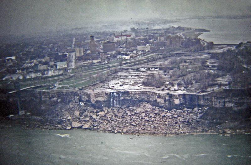 В июне 1969 года американские инженеры осушили на несколько месяцев русло реки Ниагара в районе водопада