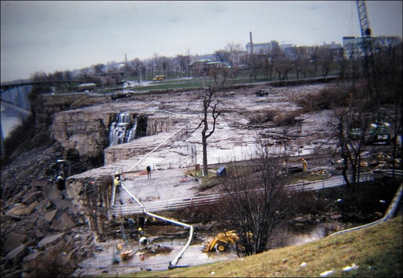 В июне 1969 года американские инженеры осушили на несколько месяцев русло реки Ниагара в районе водопада2