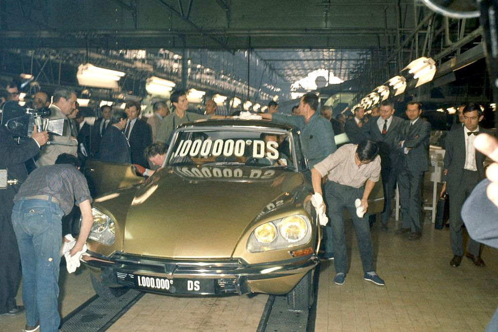 Выпуск миллионного по счету автомобиля DS - модели DS 21 с кузовом золотого цвета. 7 октября 1969 г.