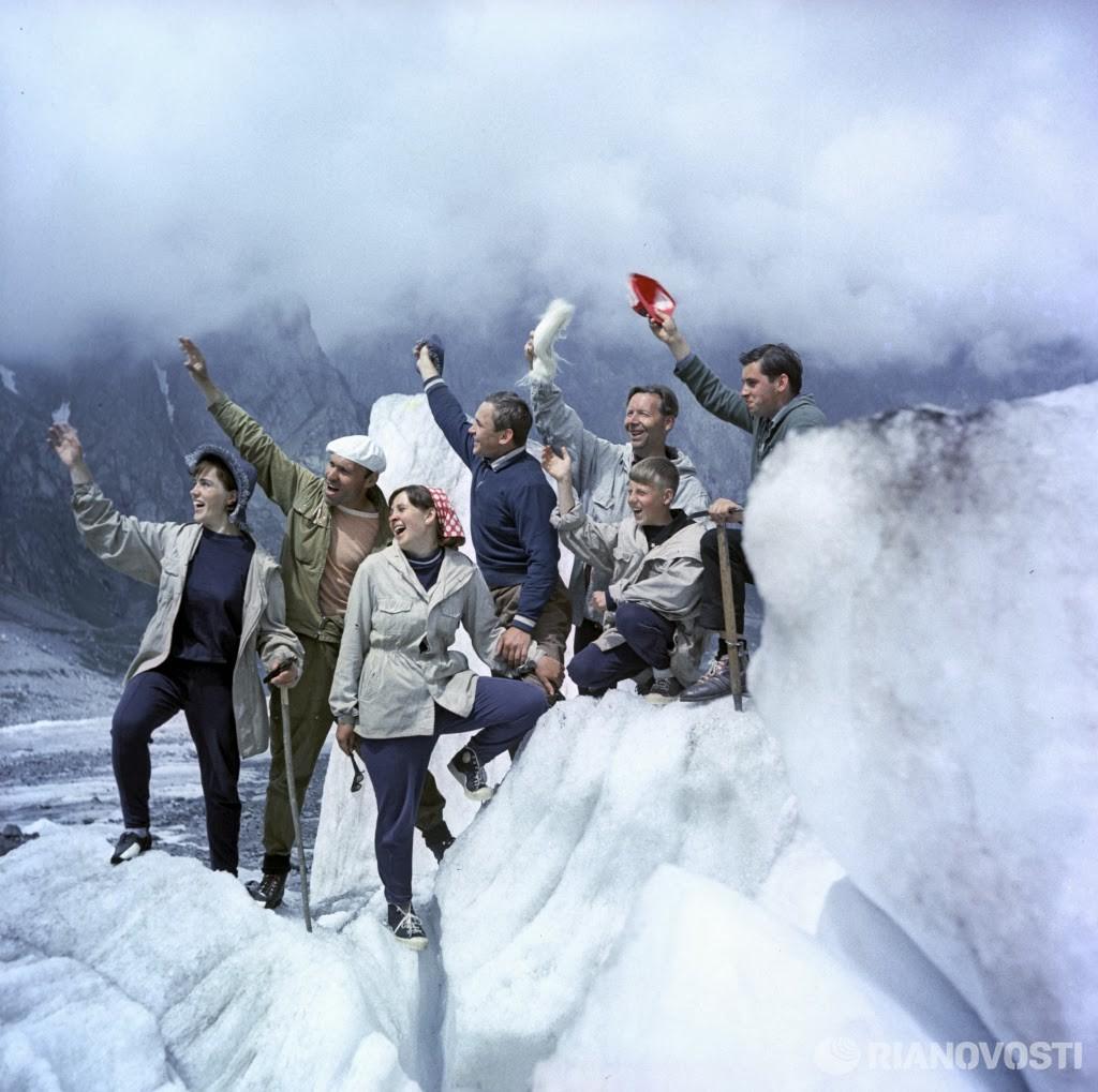 1969 Альпинисты на одной из вершин Кавказских гор. РИА Новости, К.Каспиев