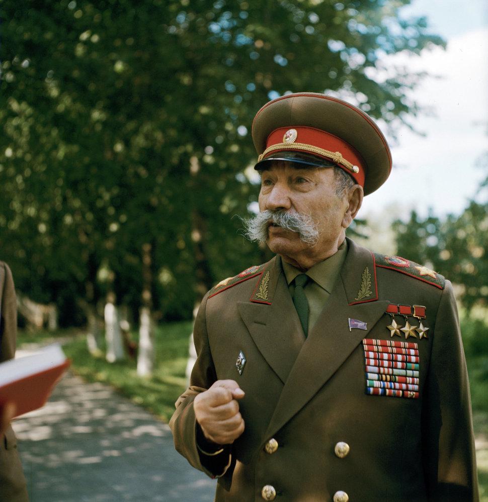 1969 Маршал Советского Союза Семен Буденный на подмосковной даче. Первенцев