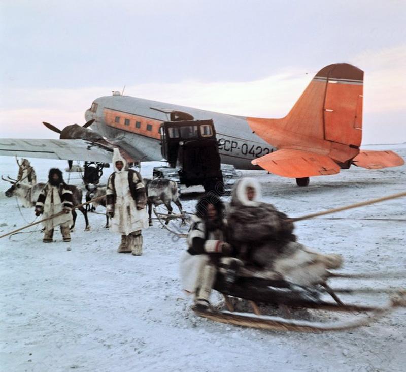 1969 Оленеводы встречают самолёт Ли-2 на аэродроме Волочанка, Таймыр