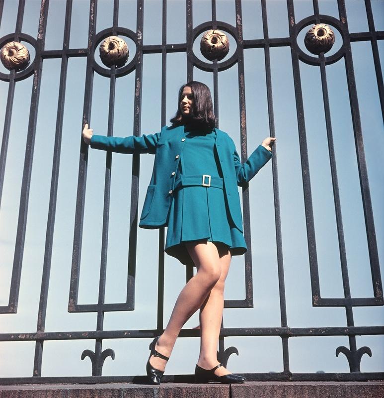 Демонстрация платья из зеленого сукна с удлиненным жакетом.1969 г. Фотохроника ТАСС П.Федотов