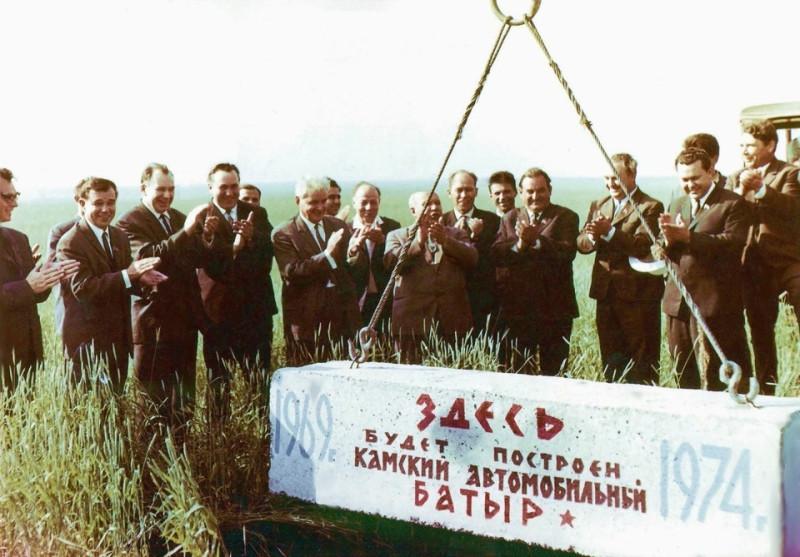 Рождение легенды, гордо носящей имя КАМАЗ. 1969 год. Памятный камень.