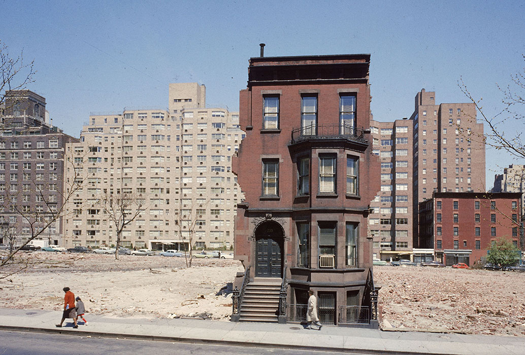 1959 NY A solitary brownstone on land being cleared for a 20-storey block by Dmitri Kessel