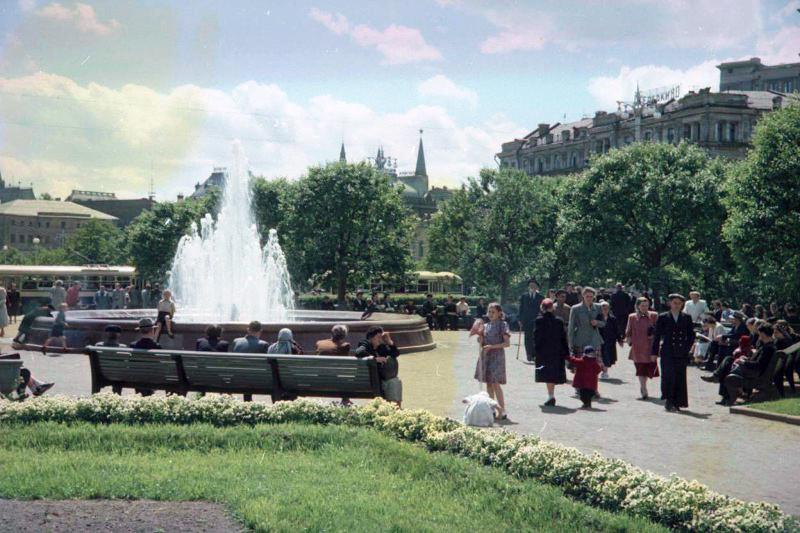 1952 Сквер у Большого театра. Петков И.1