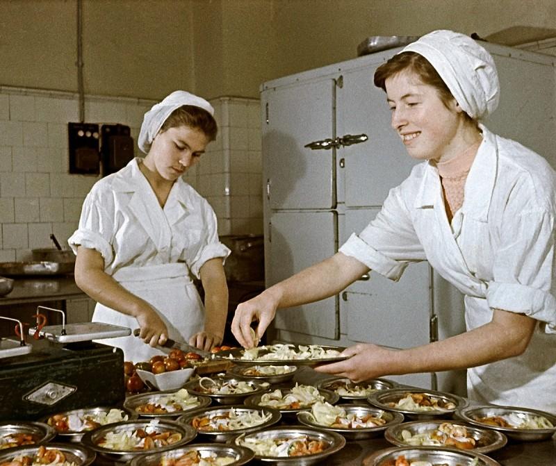 1959 Повара одной из московских столовых готовят салаты. Михаил Кулешов РИА «Новости»