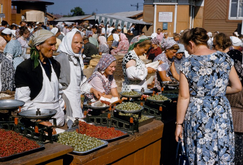 1959 Торговля ягодами на Даниловском колхозном рынке. B. Anthony Stewart