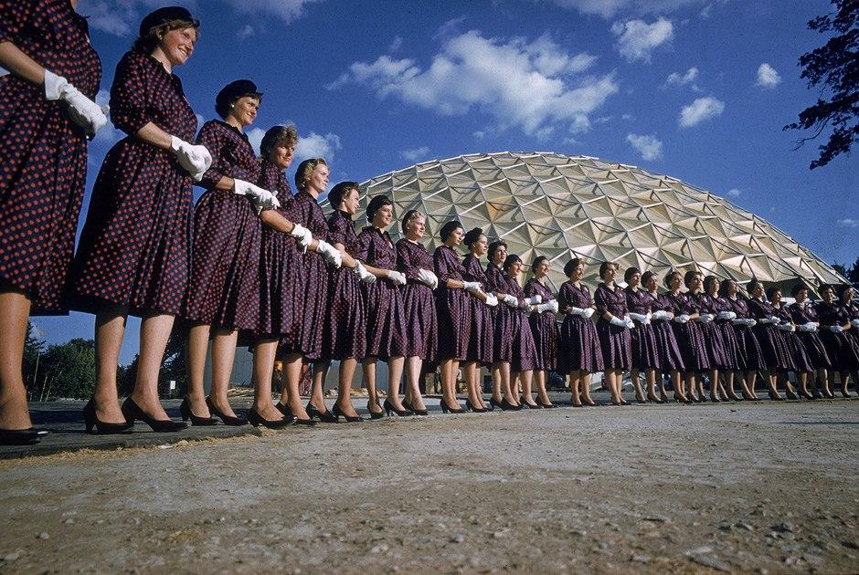 Гиды Американской национальной выставки перед куполом Бакминстера Фуллера. Москва, Сокольники, 1959 Howard Sochurek2