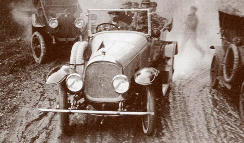Первый выезд автомобиля «Промбронь» (в центре) из ворот 1-го бронетанкоавтомобильного завода в Филях. 1922 г. Главархив Москвы