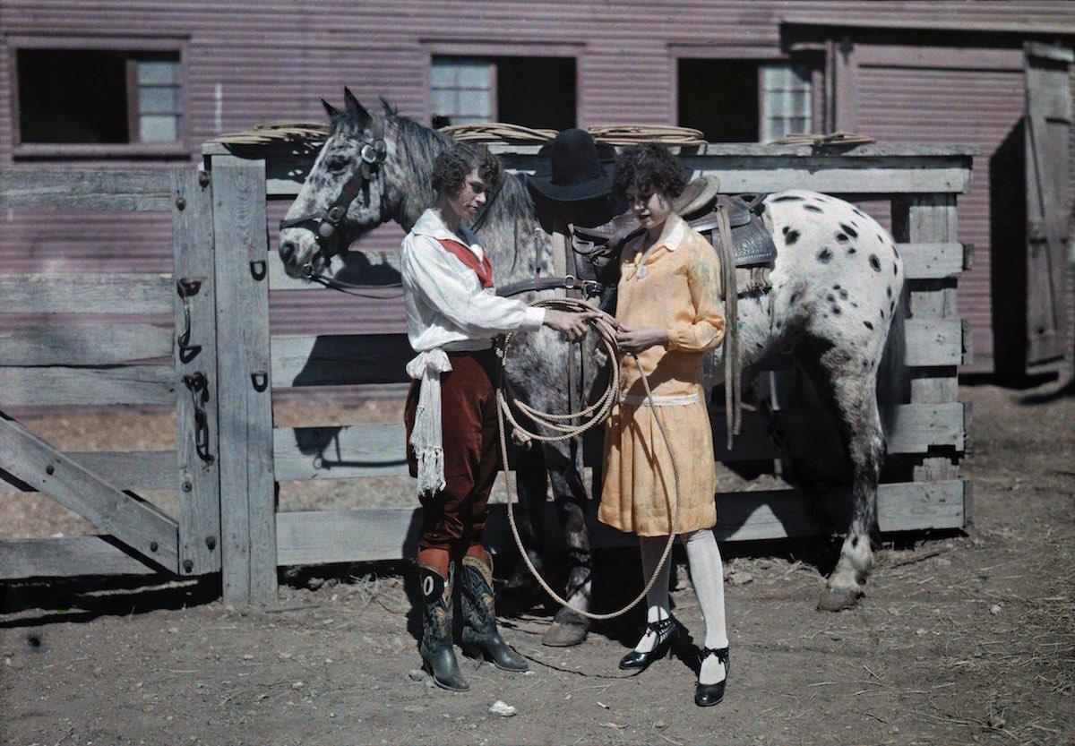 1929c Форт-Уэрт, штат Техас – наездница показывает своей сестре, как обращаться с веревками. Автор фото Клифтон Р. Адамс (Clifton Adams)