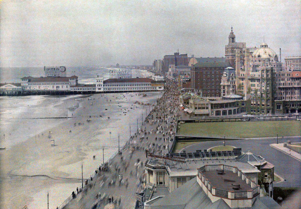 1929 Атлантик-Сити, Нью-Джерси – панорамный вид на пляжи, причалы и отели вдоль набережной. Автор фото Клифтон Р. Адамс